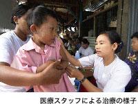医療スタッフによる治療の様子