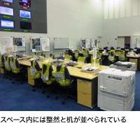 スペース内には整然と机が並べられている