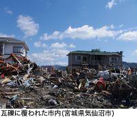 瓦礫に覆われた市内(宮城県気仙沼市)
